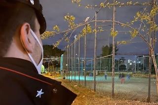 Covid, minori giocano a calcetto durante il coprifuoco: a Scampia arrivano i carabinieri