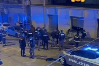 """Esplosione ai Colli Aminei, distrutto negozio di caldaie. Indagini in corso: """"Come una bomba"""""""