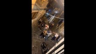"""Trascinato in strada e picchiato in via dei Tribunali a Napoli: """"È un ladro"""""""