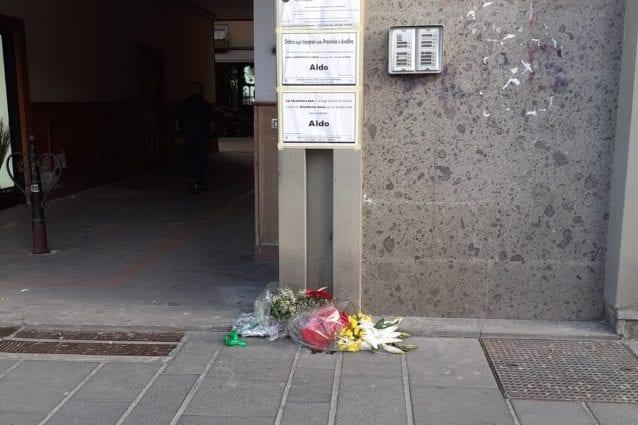 I fiori davanti l'ingresso del palazzo dove viveva Aldo Gioia assieme alla famiglia. [Foto G. Cozzolino / Fanpage.it]