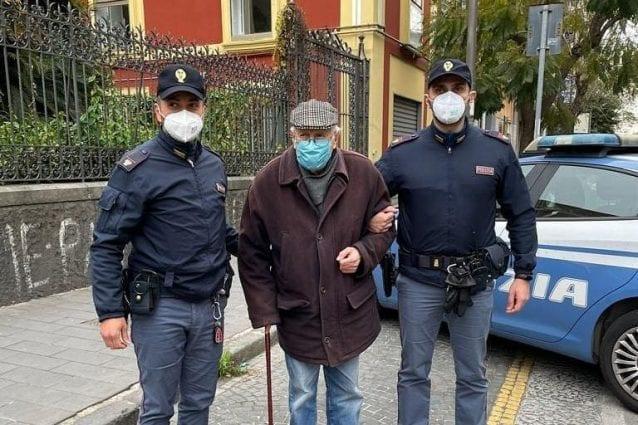 Antonio, 89 anni, accompagnato dai poliziotti del commissariato Secondigliano di Napoli.