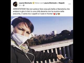"""Napoli, la consigliera Bismuto va in bici (consentito) ma ironizza sulla zona rossa: """"Arrestatemi"""""""