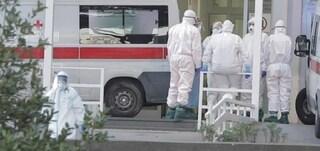"""Morta di Covid al Monaldi, furia dei parenti in ospedale: """"Dateci la salma"""". Ferito operatore sanitario"""