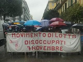 Manifestazione dei disoccupati a Napoli: corteo in piazza Garibaldi, traffico in tilt