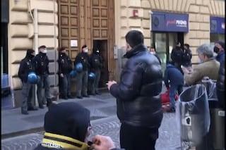 Disoccupati occupano Consiglio Comunale di Napoli, vigile travolto nell'irruzione