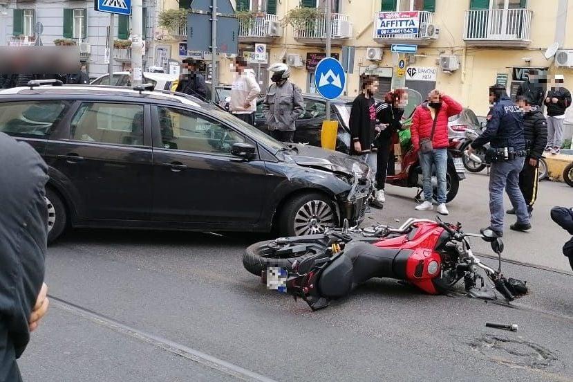L'incidente tra le moto dei Falchi ed un'automobile su via Giordano Bruno