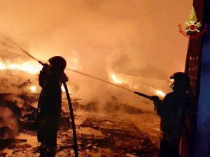 Vigili del Fuoco impegnati nel domare l'incendio da diverse ore.
