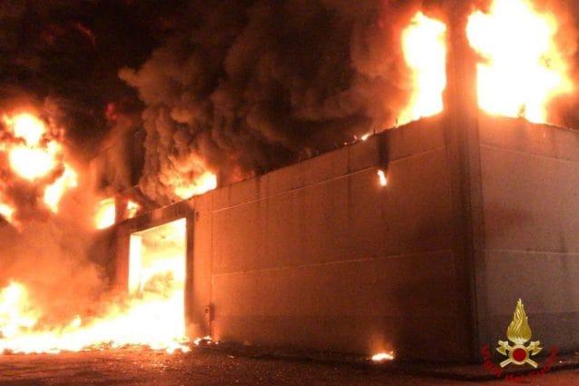 Le fiamme che hanno avvolto l'edificio.