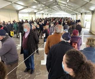 Vaccino Covid a Napoli, oggi caos AstraZeneca: code alla Mostra d'Oltremare, chiusa Stazione Marittima