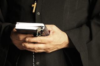 """""""Pagava minori per avere rapporti sessuali con lui"""", arrestato parroco nel Casertano"""