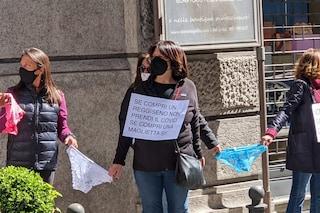 Protesta dei commercianti contro la zona rossa a Napoli: catena di mutande in via dei Mille