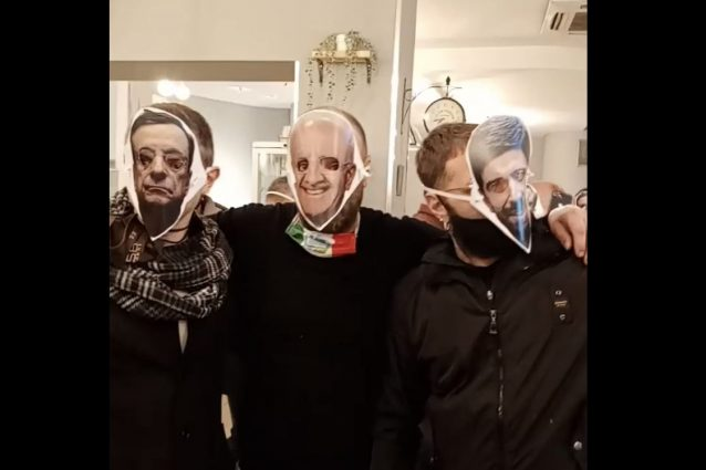 A Salerno la pizzeria riapre contro la zona rossa: ristoratori mascherati  da De Luca e Draghi