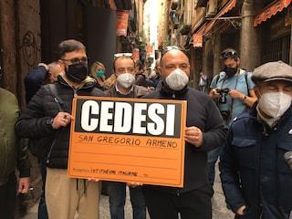 """Napoli, a San Gregorio Armeno chiuse le botteghe del presepe per protesta: """"Cedesi attività"""""""