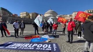 """Whirlpool Napoli, operai in assemblea a piazza Plebiscito. Il Comune: """"Scriveremo a Giorgetti"""""""