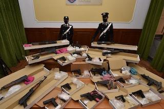 A Bagnoli l'arsenale da guerra della camorra: le armi nascoste nel negozio del fruttivendolo