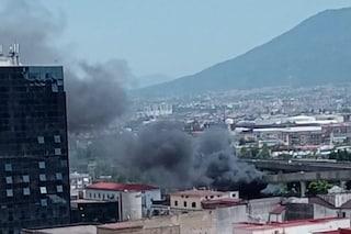 Grande incendio nella zona di Poggioreale, colonna di fumo nero su Napoli: è il secondo in 9 giorni