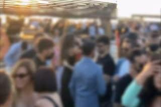 Festa sulla spiaggia al lido Le Nereidi di Licola, in 150 a ballare senza mascherina