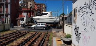 Camion che trasporta una barca trancia un palo, interrotta la linea della Cumana