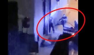 Carabiniere prende a calci un ragazzo nel Napoletano. Il video sui social, inchiesta interna