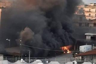 Incendio a Casoria, nube nera sull'area nord di Napoli: a fuoco due furgoni del latte