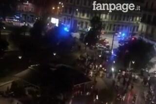 Napoli, centinaia di giovani in piazza Nazionale dopo il coprifuoco: arriva la polizia