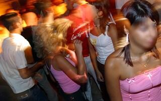 Dj-set con musica e buffet. Arriva la polizia, trova centinaia di persone a ballare