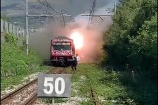 Incendio sul tetto del treno della Circumvesuviana a Pompei, passeggeri scappano sui binari