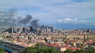 Grosso incendio nella zona Est di Napoli, colonna di fumo nero visibile da molti chilometri