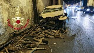 Auto contro camion che trasporta legna, incidente in  galleria, due feriti