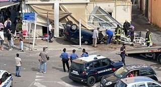 Torre Annunziata, auto si ribalta e travolge i tavolini del bar: grave un uomo, tragedia sfiorata
