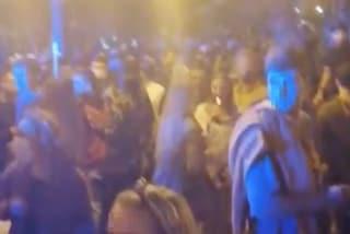 In piazza Bellini e Chiaia il coprifuoco non esiste: centinaia in strada, cori contro la polizia