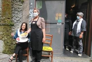 Napoli, tavolette del water al posto dei tavolini: flash mob dei ristoratori senza spazio all'aperto