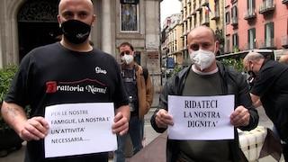 Napoli, protestano i ristoratori senza spazi all'aperto: tavolini e piatti vuoti in piazza
