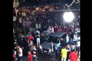Angri, centinaia di giovani assembrati in piazza fino a notte senza mascherina
