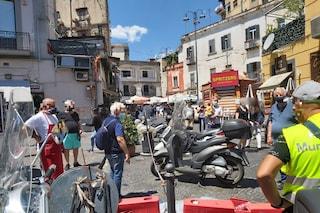 """Vomero, catene bloccano i pedoni al mercato di Antignano. Il Comune: """"Non ne sappiamo nulla"""""""