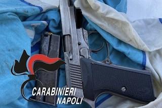 Napoli, una pistola rubata nascosta nel suo chiosco ambulante dei gelati: arrestato 23enne