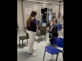 """Proposta di matrimonio al centro per i vaccini Covid di Caserta: l'infermiera dice """"sì"""""""