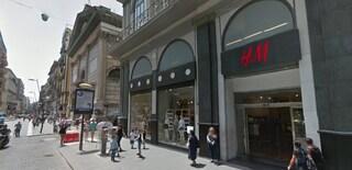 Paura in via Toledo, suona l'allarme anticendio nel negozio H&M: struttura evacuata