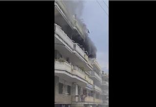 Grosso incendio ai Colli Aminei, colonna di fumo nero da un palazzo: feriti donna e bambino