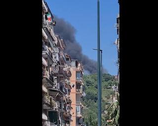 Incendio a Pianura, enorme colonna di fumo nero sui cieli di Napoli