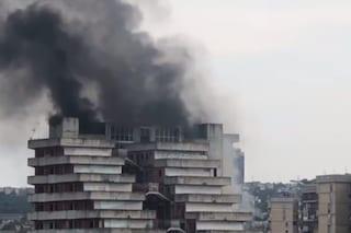 Incendio alle Vele di Scampia, colonna di fumo nero visibile per chilometri