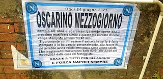 """Napoli, Oscarino compie 60 anni e stampa manifesti a lutto azzurri: """"Quelli neri tra almeno 40 anni..."""""""