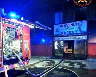 In fiamme il PalaMaggiò di Caserta: ipotesi incendio doloso, forzata la porta d'ingresso
