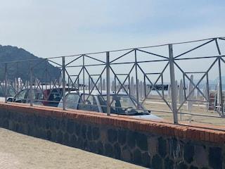 Sosta selvaggia a Bacoli, le auto parcheggiate direttamente sulla spiaggia