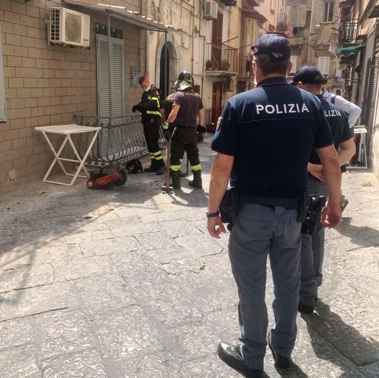 La Polizia Municipale in strada durante la rimozione di paletti e fioriere abusive a Napoli.