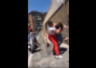 Rissa tra ragazzine: calci e pugni all'esterno di una scuola media di Napoli