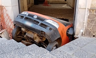 Si apre voragine in strada, furgone inghiottito a Santa Maria Capua Vetere