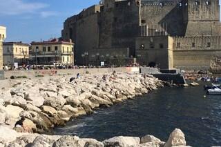Napoli, mare inquinato a Castel dell'Ovo: i bagnanti nuotano tra le chiazze bianche