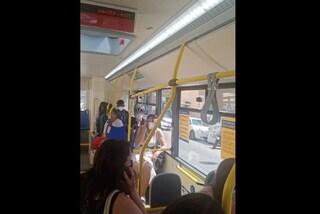 Napoli, vandali sul bus per la spiaggia terrorizzano passeggeri con un martello