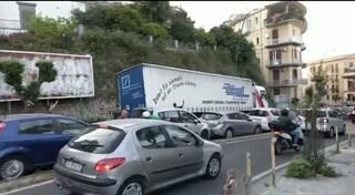 Traffico paralizzato tra via Salvator Rosa e via Santacroce per tir controsenso